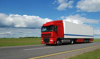 rode vrachtwagen met witte aanhanger foto