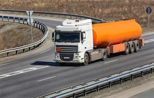 brandstof vrachtwagen op de snelweg foto