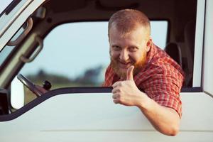 chauffeur laat zien dat alles goed is foto