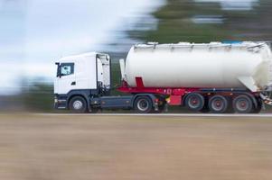 vrachtwagen in een stroomversnelling foto