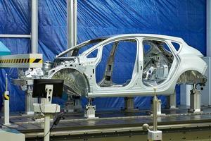 metalen auto frame tegen een blauwe achtergrond foto