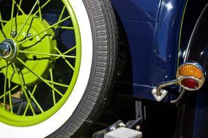 vintage jaren 1920 auto detail achteraanzicht reservewiel groene velg foto