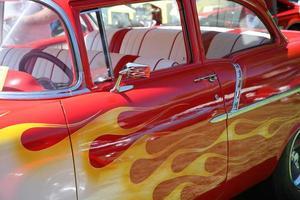 geschilderde vlammen op auto foto