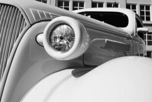 chevy sedan hot rod in zwart en wit foto