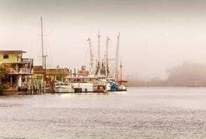 schepen vastgebonden op mistige winters dag foto