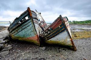 twee oude vissersboten foto
