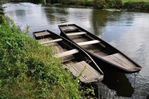 boot op een rivier foto