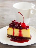 plakje cheesecake met kersensaus.