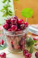 vers fruit kersen pot voor verwerkte producten foto