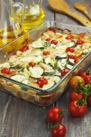 Courgette gebakken met kip, kerstomaatjes en kruiden