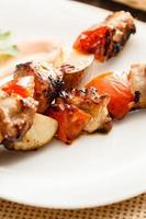 kebab met varkensvlees en peren