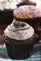 geassorteerde fancy gastronomische cupcakes met glazuur foto