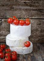 camembert kaas met kerstomaat foto