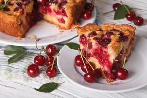 plakje zelfgemaakte cherry pie close-up. horizontaal foto