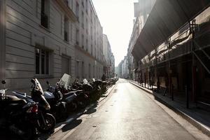 's ochtends Parijs straat met motorfietsen foto