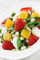spinazie, aardbei, sinaasappel, kwarteleitjes, salade met amandelen plakjes foto