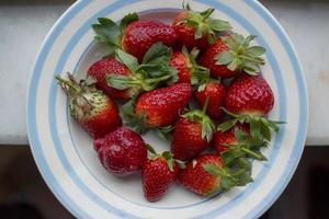 heerlijke aardbeien op het bord foto