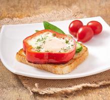 roerei in paprika op toast met groenten