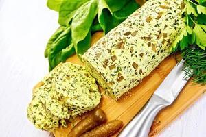 boter met spinazie en gepekelde komkommers aan boord foto