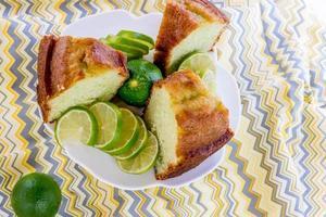 vers gebakken limoenpudding cake foto