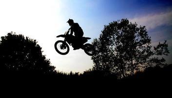 motorcrossfahrer springt foto