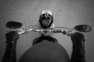 een motorrijder met een helmcamera foto