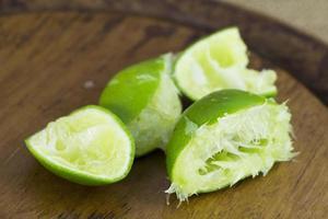 Azië verse groene citroen snijgroep foto