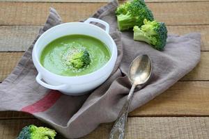 roomsoep met broccoli in een terrine foto