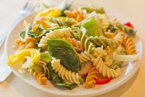 driekleurige pastasalade foto