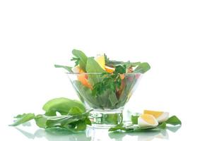 zuring salade en tomaten met ei