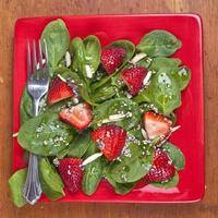 spinazie aardbeiensalade foto
