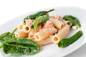 pasta met zalm en spinazie foto