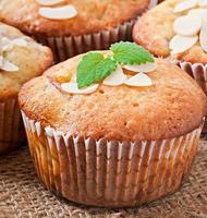 muffins met pruimen en amandelblaadjes foto