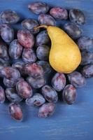 blauwe pruimen en peer foto