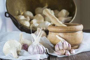 knoflook voor het koken op de tafel van de keuken foto