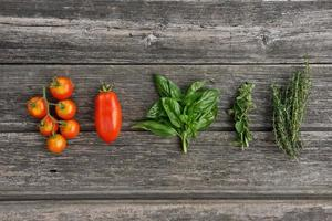 kruiden en groenten op het houten bord foto