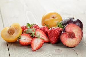 biologische vruchten op houten tafel foto
