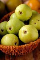 stapel van groene peren foto