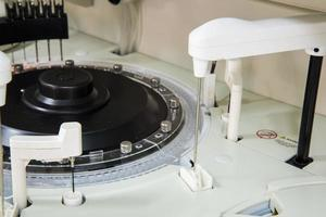 geautomatiseerde chemie in laboratorium. foto
