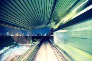 geautomatiseerde geleide trein 's nachts foto