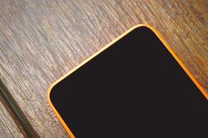 mobiel, mobiele telefoon op houten tafel foto