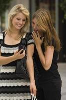 jonge vrouwen kijken naar mobiele telefoon foto