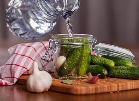 augurkenkomkommers in de keuken voorbereiden foto