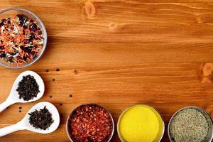 copyspace voedsel frame met kruiden en kookaccessoires foto