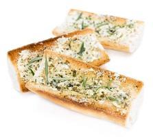 stokbrood met kruidenboter over wit foto