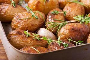 geroosterde aardappelen met knoflook foto