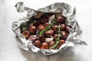 kastanjes met rozemarijn en knoflook foto