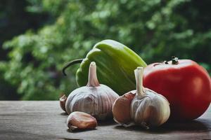 groene paprika, tomaat en knoflookkoppen foto