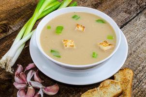 soep knoflook met geroosterde croutons foto