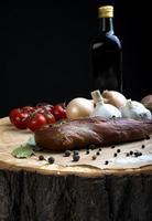 gerookte varkenslende met kruiden en specerijen. foto